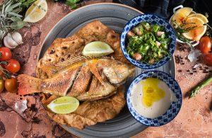 דג ופיתה מטוגנת עם טאבולה וטחינה - צילום יעל יצחקי